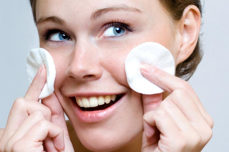 Kobieta wykonująca olejowe oczyszczanie twarzy